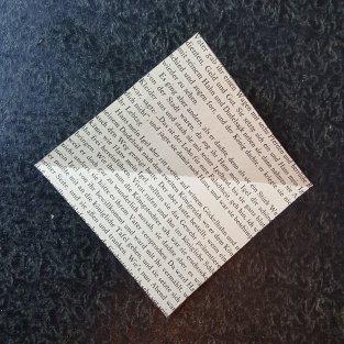 Faltet das erste Blatt 1x in der Mitte.